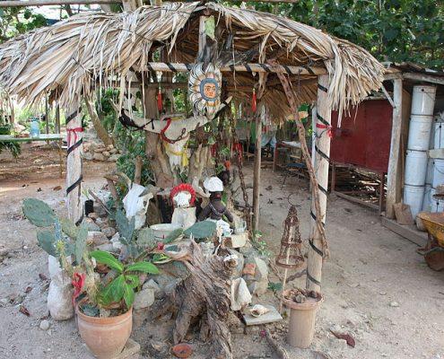 Santería altar in Cuba. – ©Wikimedia Commons by Susanne Bollinger / CC-BY-SA-4.0